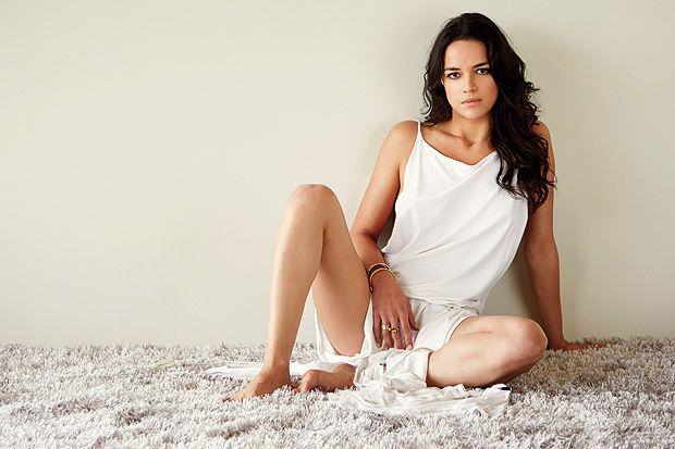 Мишель Родригес фото в белом ромпере