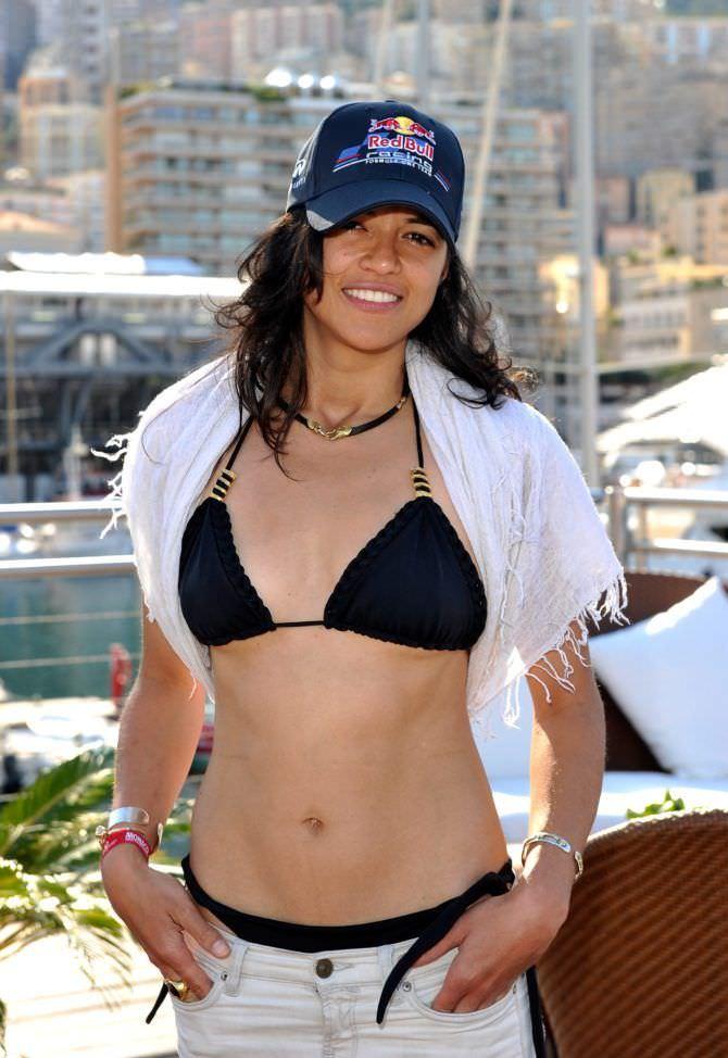 Мишель Родригес фото в чёрном купальнике