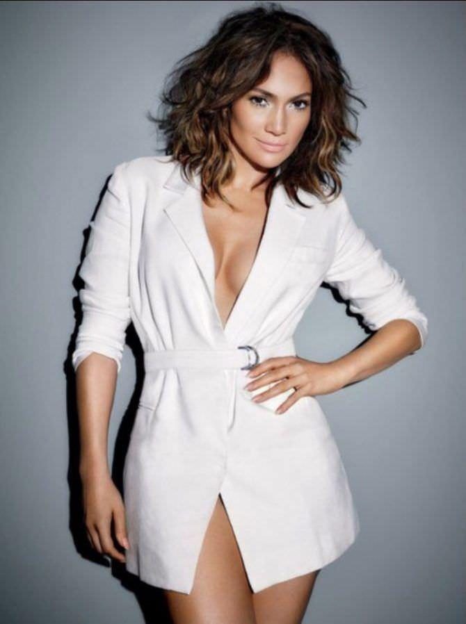 Дженнифер Лопес фото в белом пиджаке