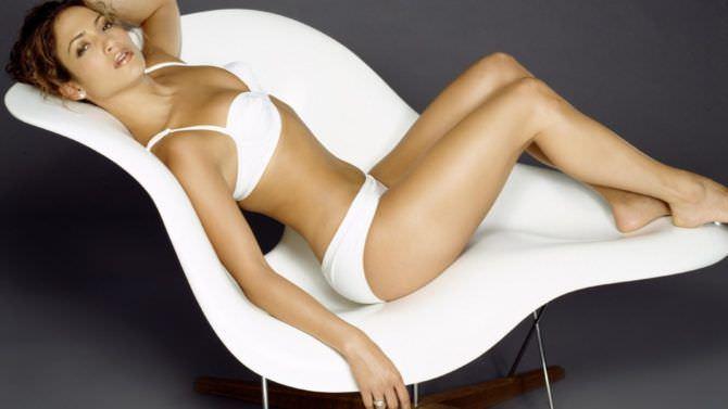 Дженнифер Лопес фото в белом кресле