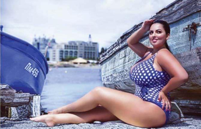 Рима Пенджиева фотография в синем купальнике