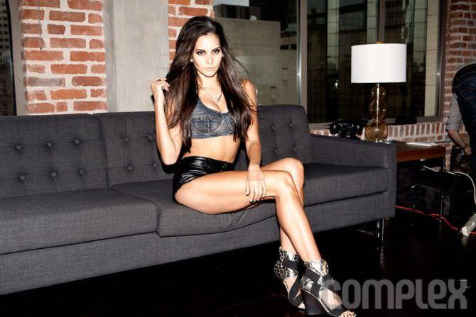 Дженезис Родригез фото в шортах на диване