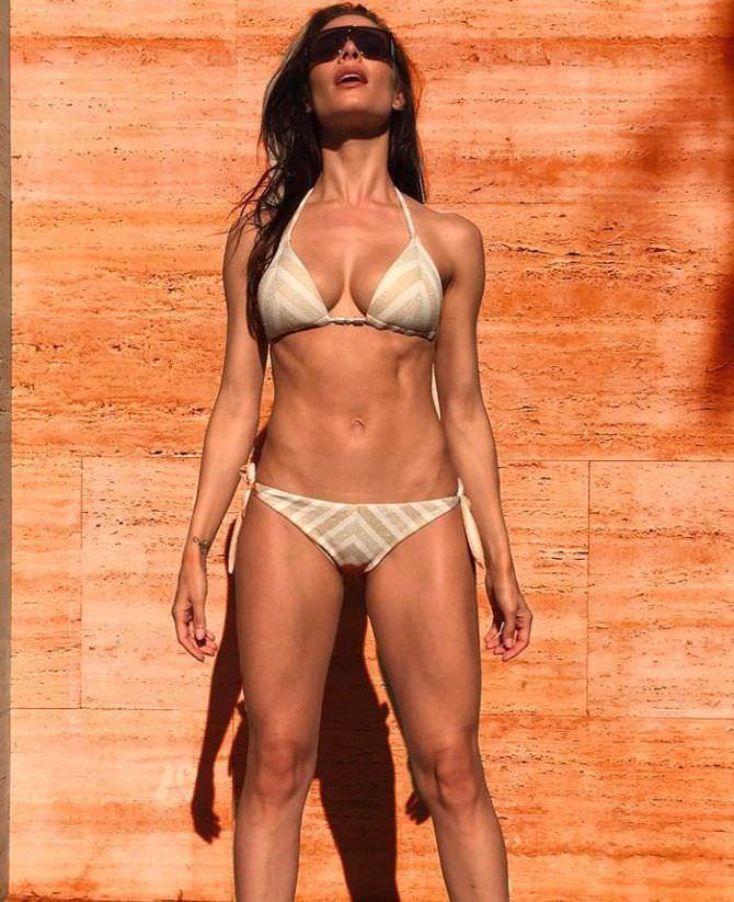 Пилар Рубио фотов полосатом бикини