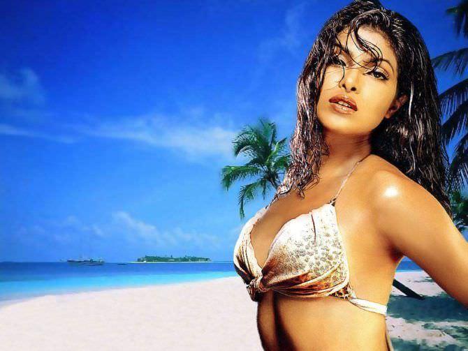 Приянка Чопра фото на пляже в бикини