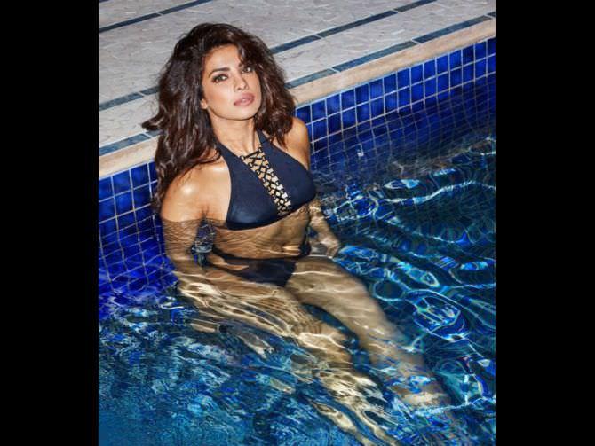 Приянка Чопра фото в купальнике в бассейне