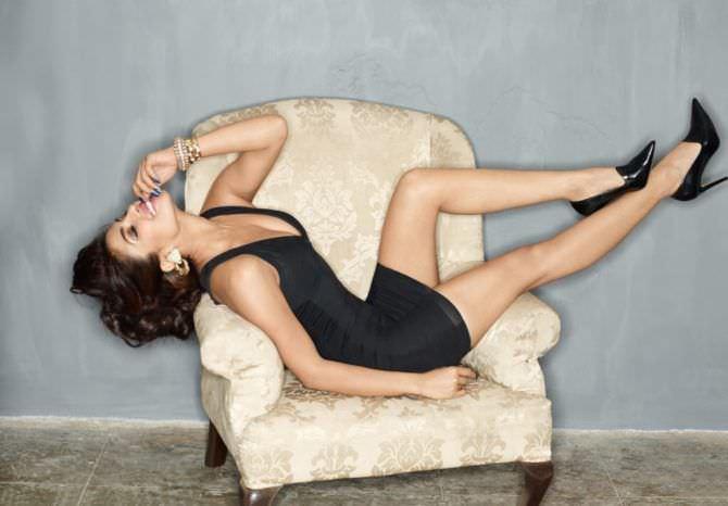 Приянка Чопра фото на кресле