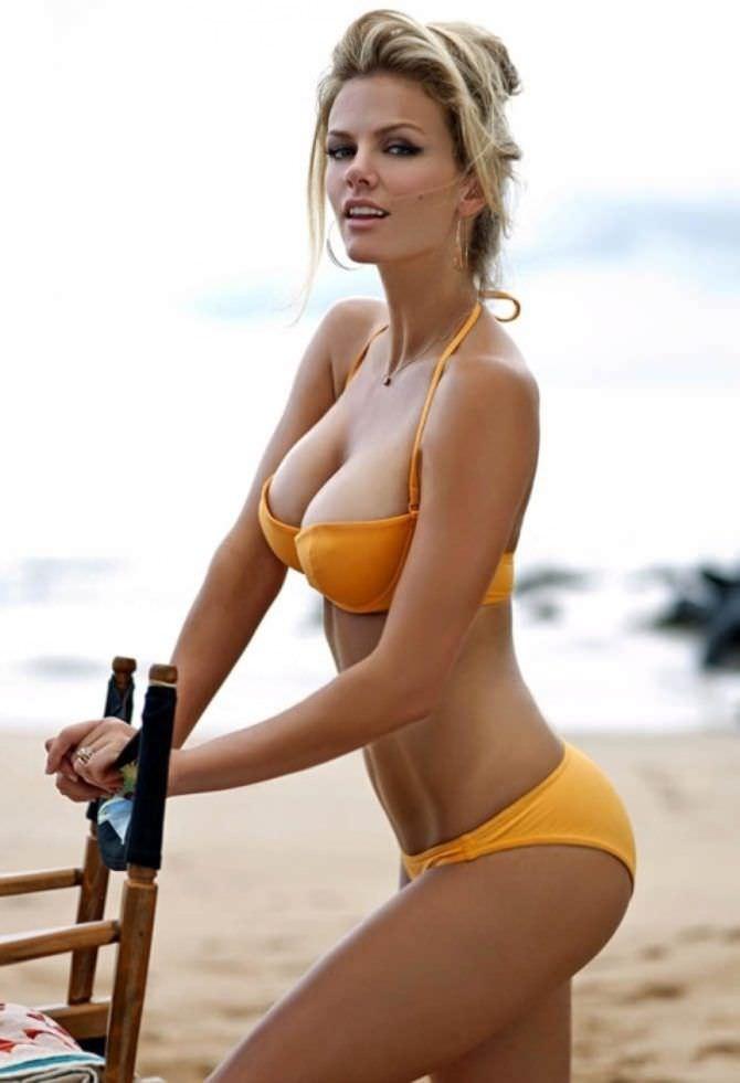 Бруклин Деккер фото в оранжевом бикини на пляже