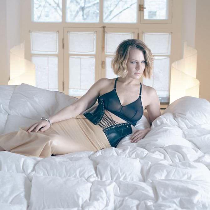 Александра Ребенок фотография на постели