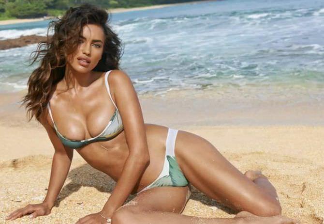 Ирина Шейк фото в бикини на песке