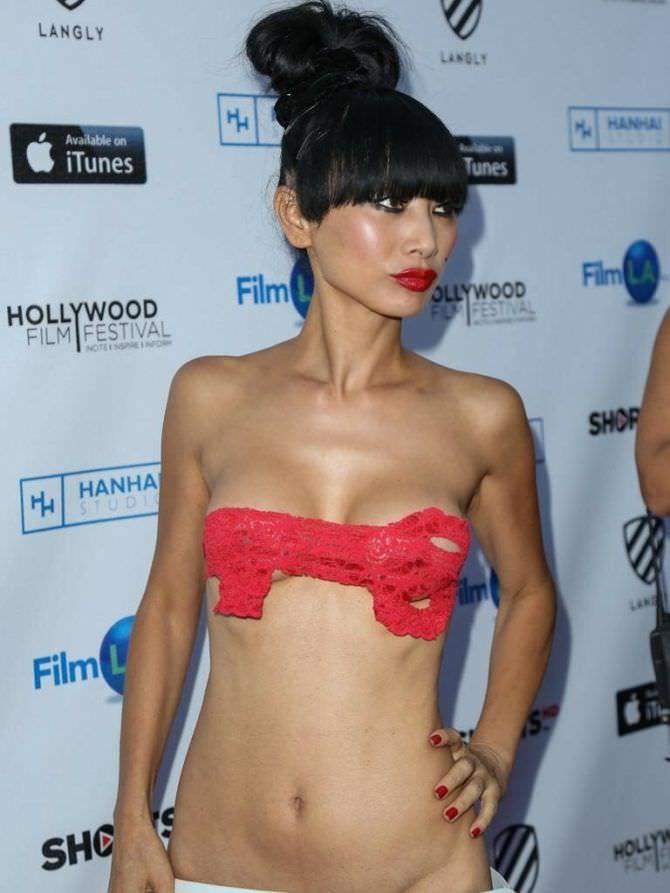 Бай Лин фото с красным ключом на груди