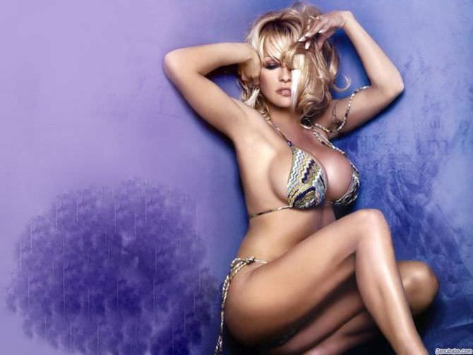 Памела Андерсон фото в пёстром бикини