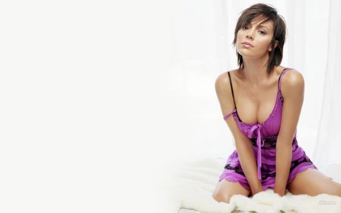 Алисса Милано фотография в сиреневой пижаме