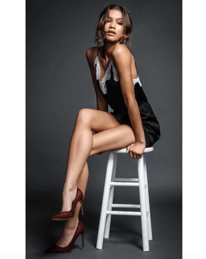 Зендая Коулман фотосессия на стуле в сорочке