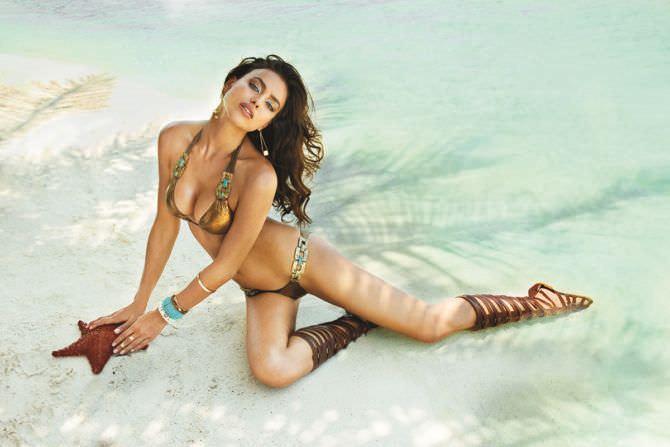 Ирина Шейк фотография в журнале на пляже