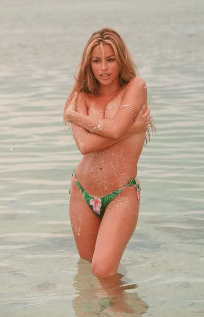 София Вергара фото в плавках на пляже