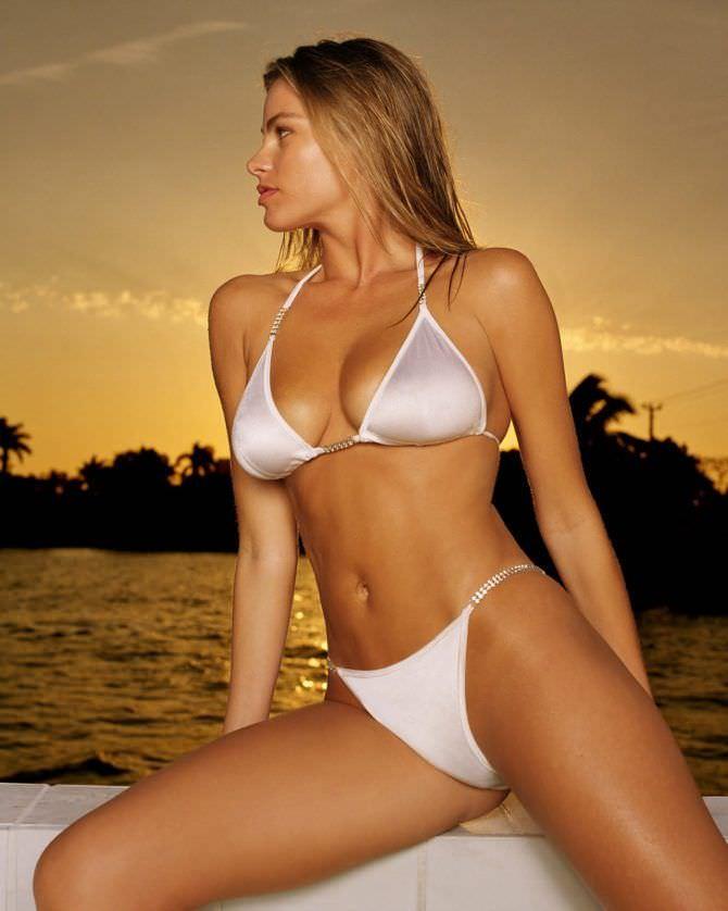 София Вергара фото на пляже в бикини