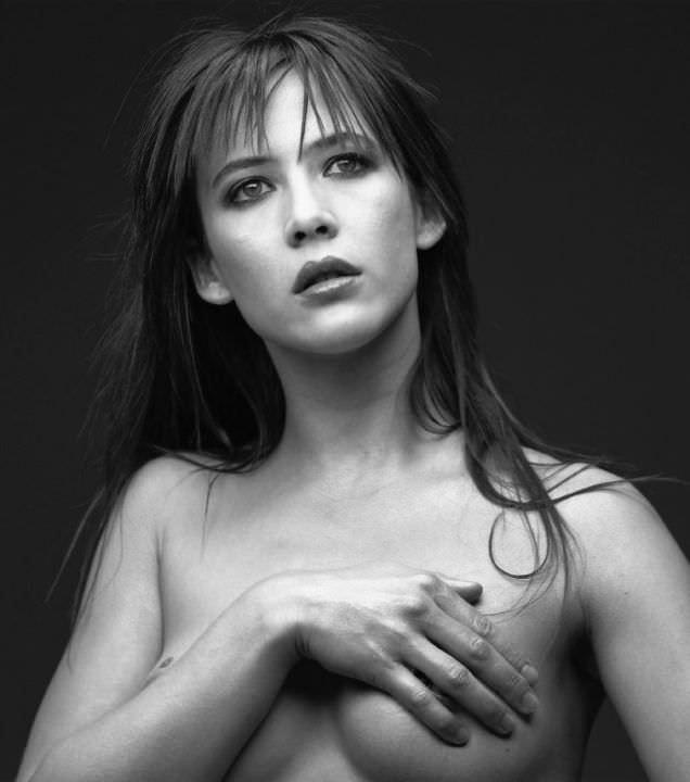 Софи Марсо чёрно-белое фото без одежды