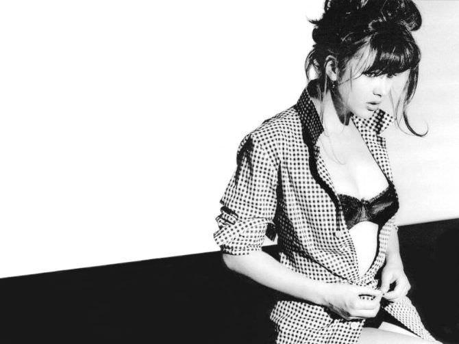 Софи Марсо чёрно-белое фото в рубашке