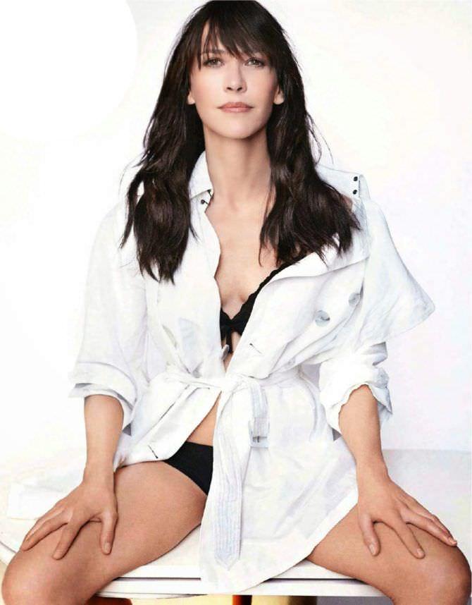 Софи Марсо фотография в белом плаще