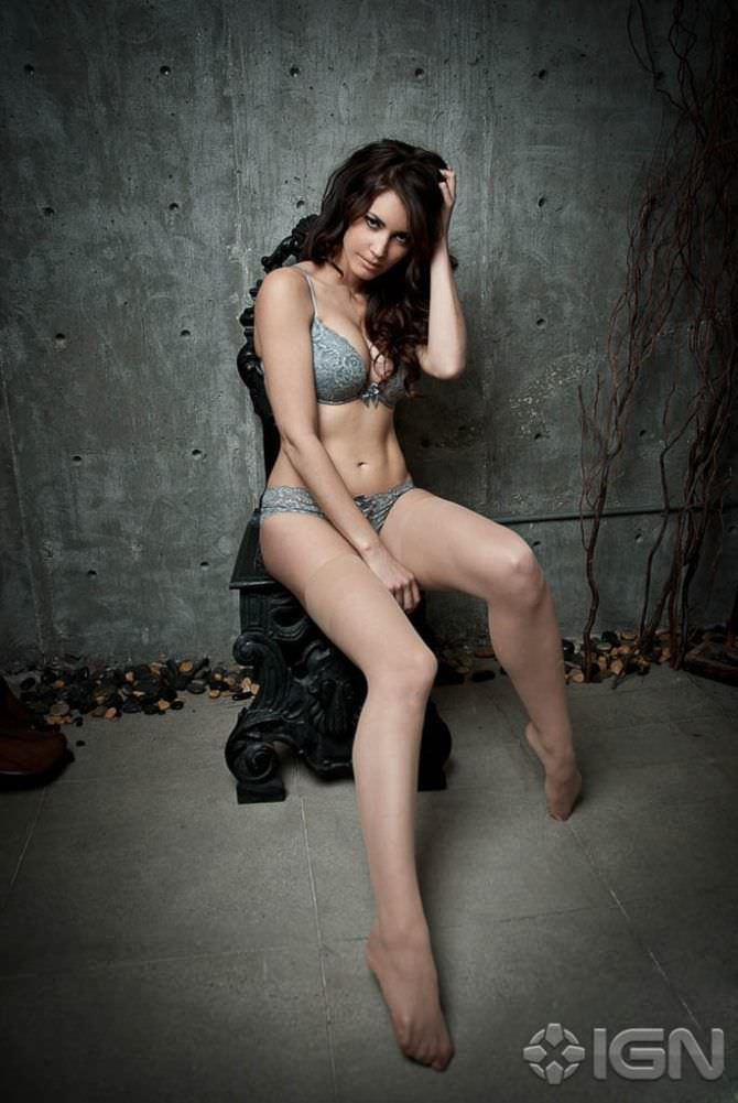 Танит Феникс фотография на стуле