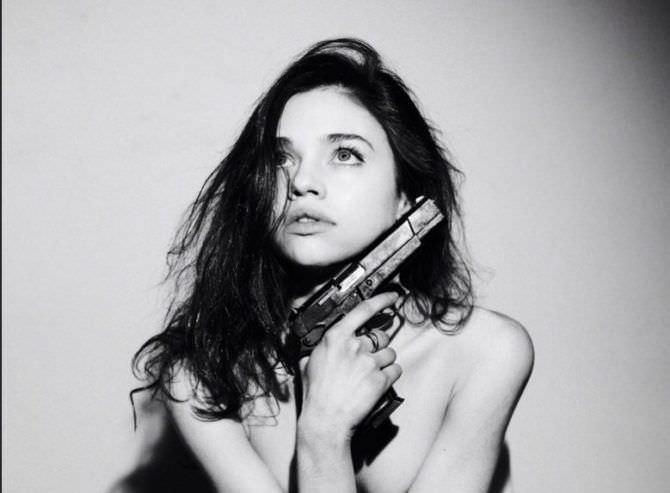 Индиа Айсли фотография с пистолетом