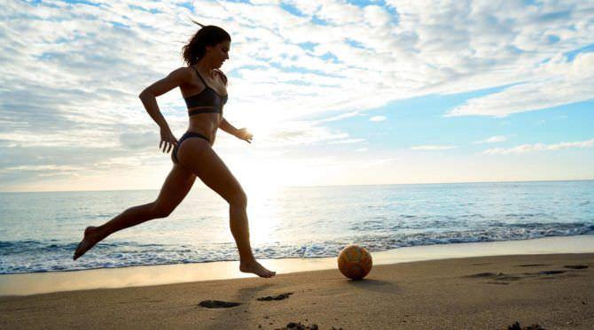 Алекс Морган фотосессия с мячом на пляже