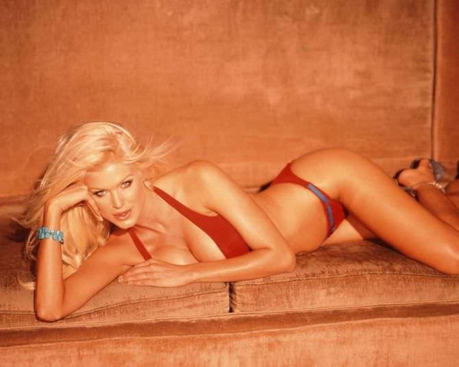Виктория Сильвстедт фото в красном бикини