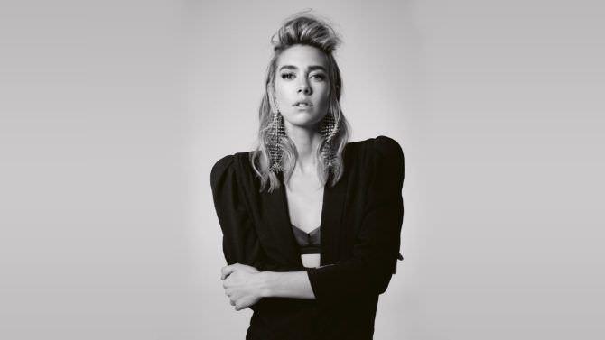Ванесса Кирби фото в чёрном жакете