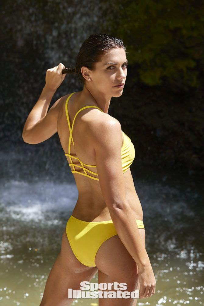 Алекс Морган фотография в жёлтом купальнике