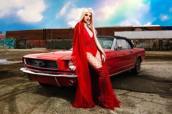 Эра Истрефи фото возле машины