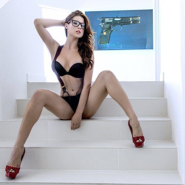 Аманда Черни фото на лестнице в очках