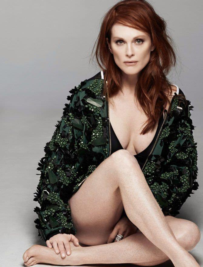 Джулианна Мур фотов зелёной куртке