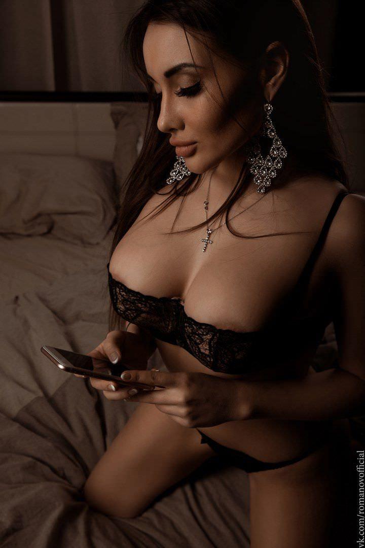 Кира Майер фото на кровати