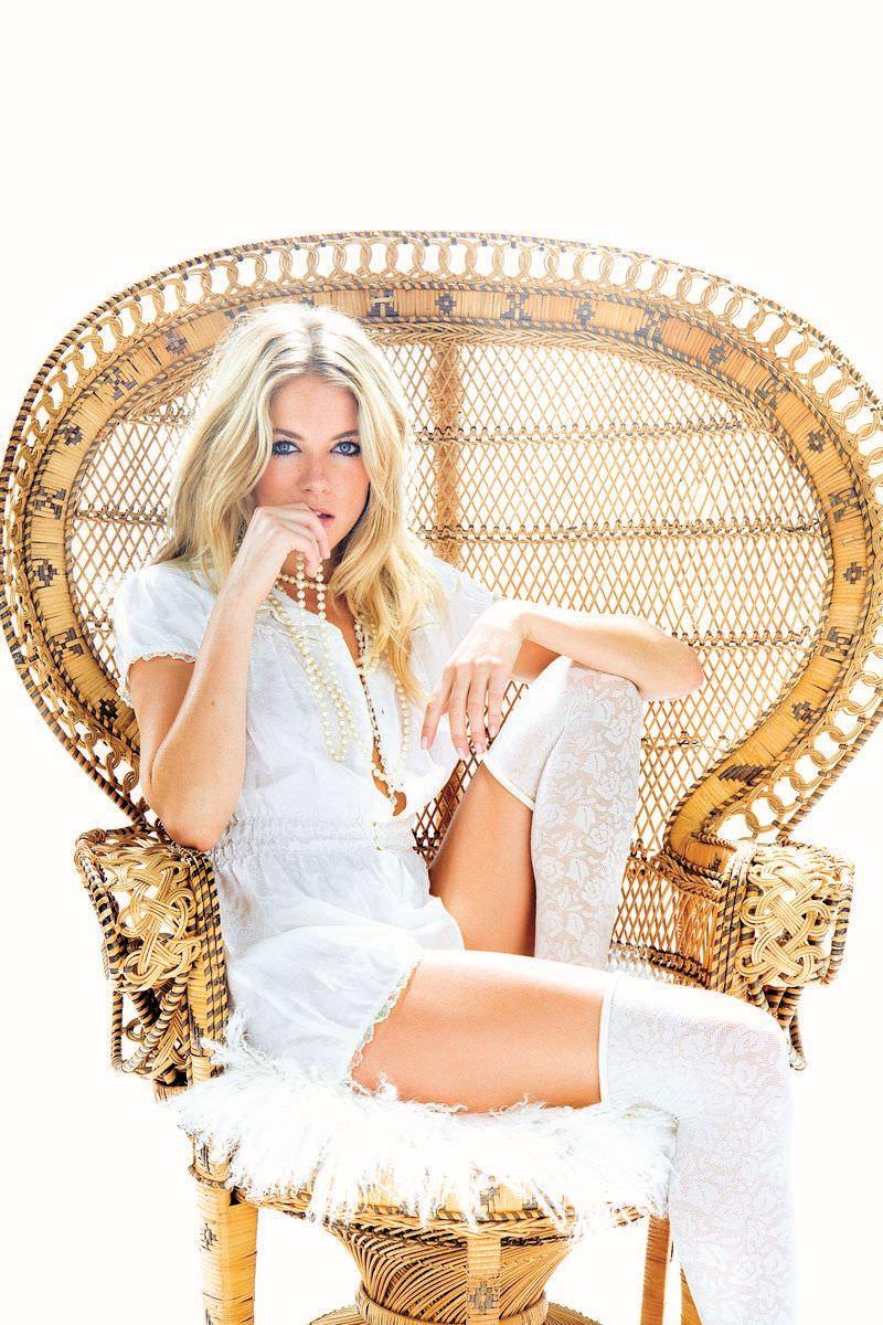 Сиенна Миллер фото в кресле