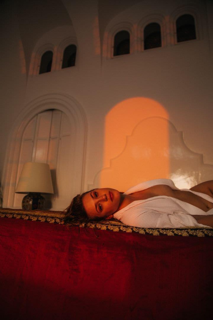 Лили Рейнхарт платье на кровати