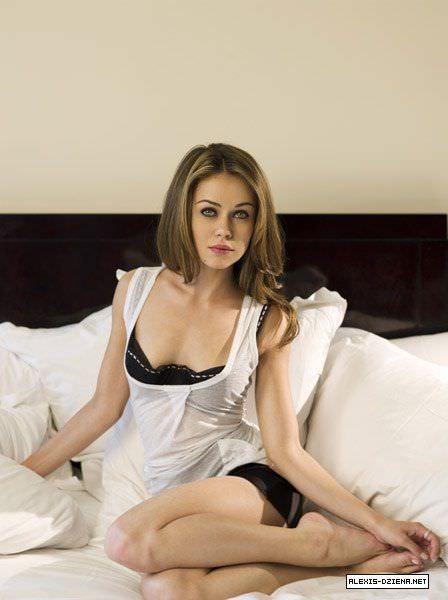 Алексис Дзена фото на кровати