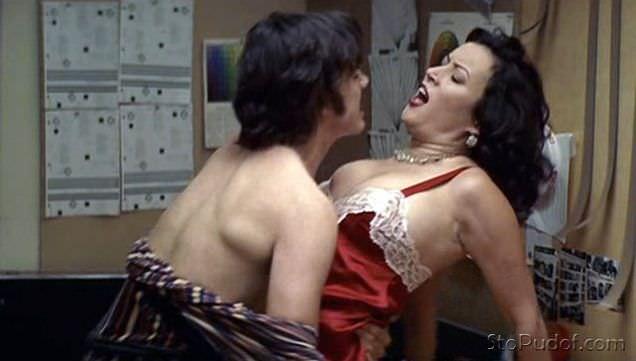 Дженнифер Тилли фото в красном пеньюаре
