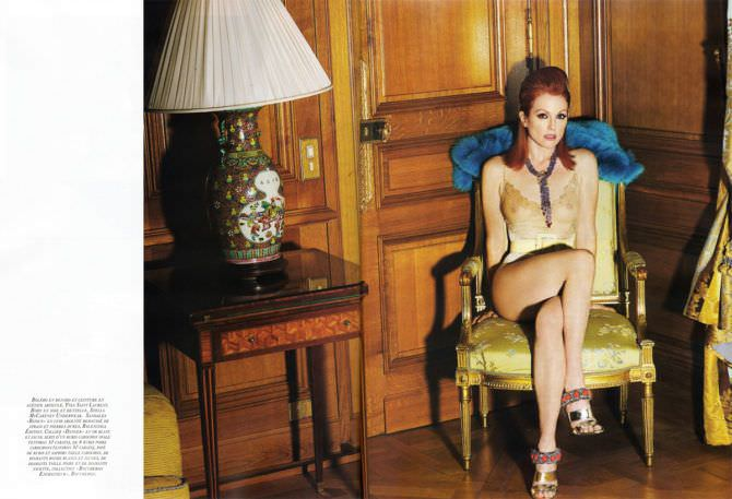 Джулианна Мур фотография на жёлтом кресле
