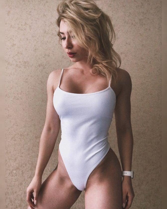 Мария Соколова фото у стены