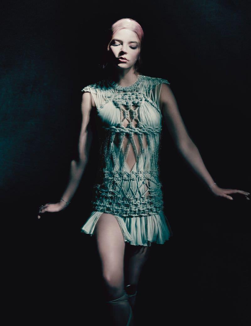 Аня Тейлор-Джой фото в коротком платье