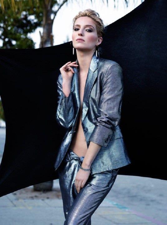 Аннабелль Уоллис фото в блестящем костюме