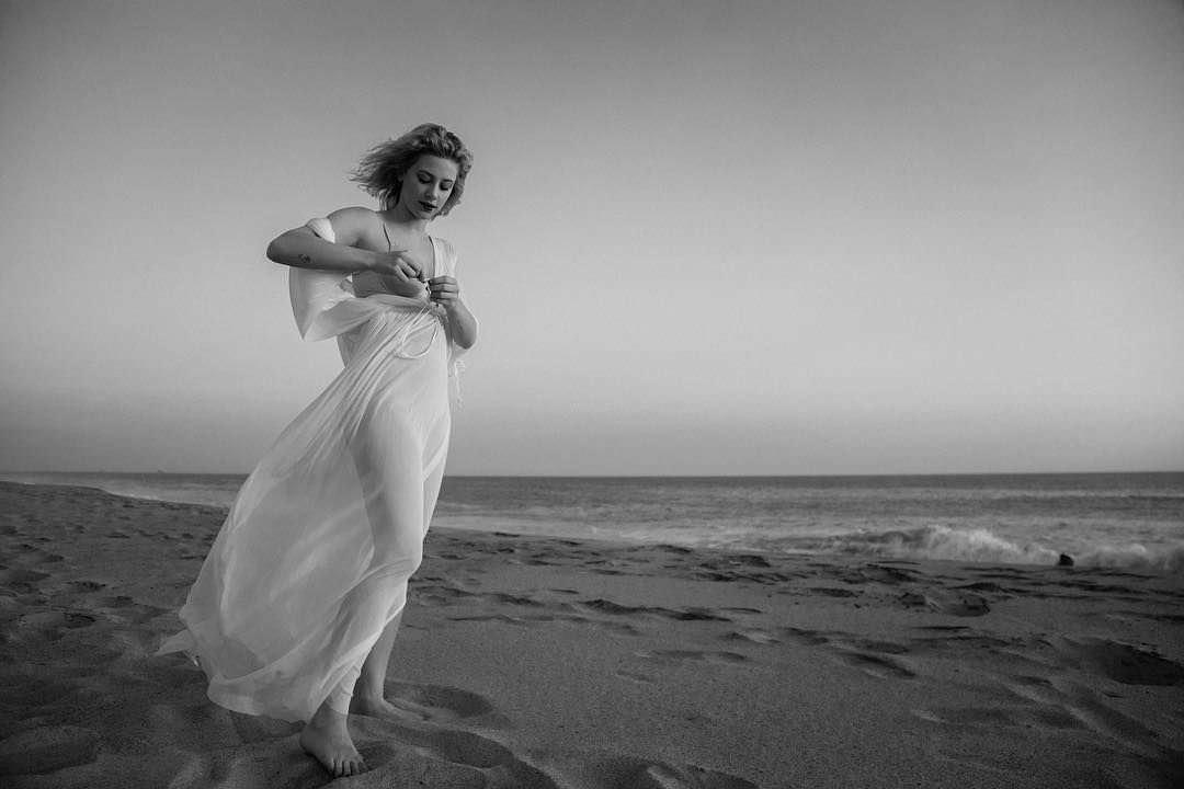 Лили Рейнхарт фото на берегу