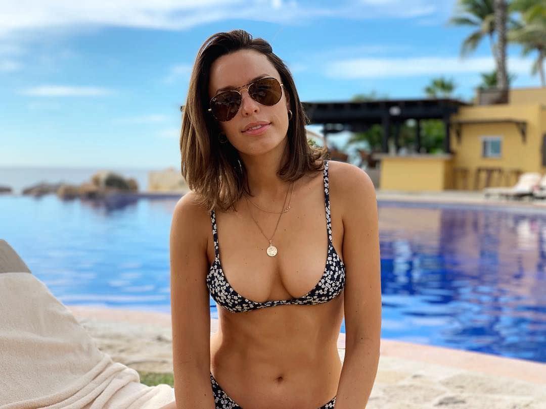 Джессика Макнэми фото у бассейна