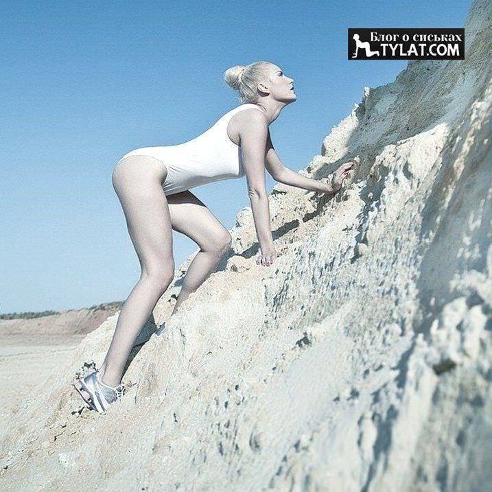 Елена Летучая фото в белом слитном купальнике