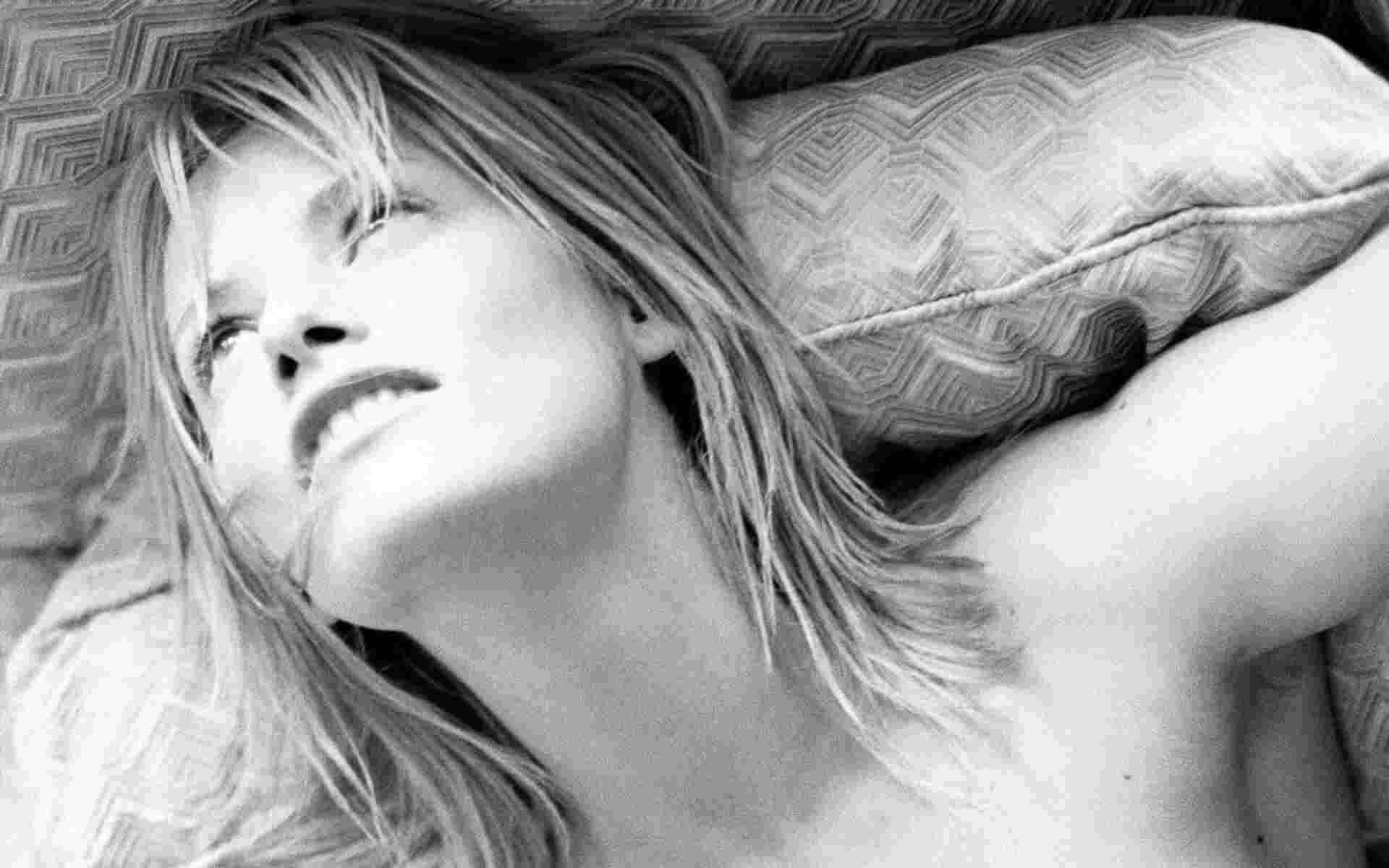 Сиенна Гиллори черно-белое фото на диване