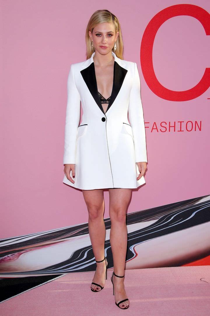 Лили Рейнхарт фото в платье-пиджаке