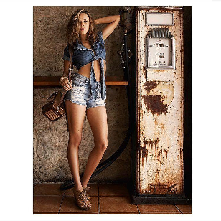 Джессика Макнэми фото в коротких шортах