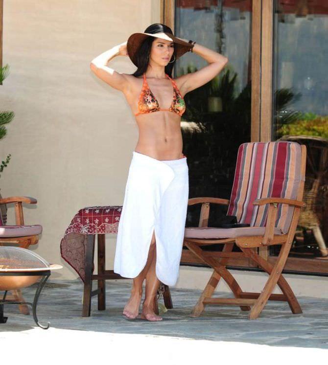 Розалин Санчес фото в широкой шляпе и полотенце
