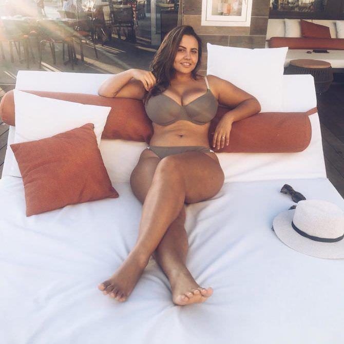 Анна Крылова фото в коричневом бикини