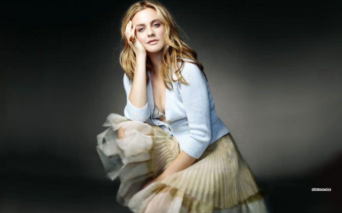 Алисия Сильверстоун фото в расстёгнутой кофте